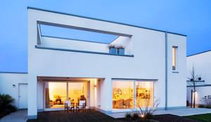 Gartenansicht mit intergrierter Dachterrasse:  Einfamilienhaus von Hilger Architekten