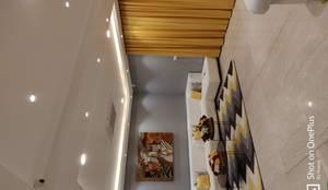 Contemporary Informal Living Room:  Living room by Enrich Interiors & Decors