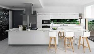 Cocina moderna y abierta : Cocinas integrales de estilo  de Tono Lledó Estudio de Interiorismo en Alicante