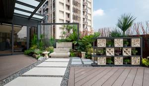 砂岩雕花的石片組成的牆面,更加突顯南洋氣氛;格子狀的空間擺設可以隨心情更換的小盆栽:  露臺 by 大地工房景觀公司