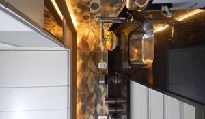 Bancada iluminada: Armários e bancadas de cozinha  por Biancardine Interiores,