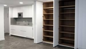 Cocina oculta en armario: Estudios y despachos de estilo  de Reformmia ,