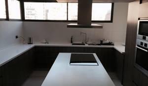 Cubierta de Staron: Cocinas equipadas de estilo  por AUTANA arquitectos