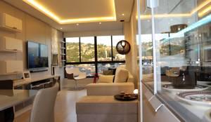 Sala de Estar com sanca, móvel em melamina cinza e cristaleira moderna com fitas leds!: Salas de estar  por Tiede Arquitetos,Minimalista