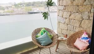 Varanda junto ao Rio Douro : Varandas  por Tangerinas e Pêssegos - Design de Interiores & Decoração no Porto