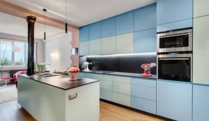 """Cuisine équipée, de style """"contemporain"""", dessinée sur mesure et laquée avec les Couleurs Le Corbusier: Cuisine intégrée de style  par Alessandra Pisi / Pisi Design Architectes, Moderne"""