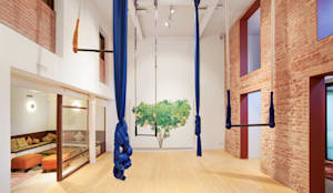 Reforma interior de un local para yoga en Barcelona: Salones de eventos de estilo  de LaBoqueria Taller d'Arquitectura i Disseny Industrial