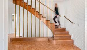 Reforma integral de un chalet en Boadilla: Escaleras de estilo  de Arquigestiona Reformas S.L.
