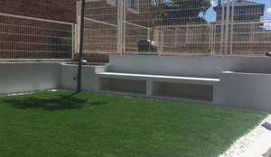 BANCO Y JARDINERAS DE OBRA + CÉSPED ARTIFICIAL.: Jardines con piedras de estilo  de RR Estudio Interiorismo en Madrid