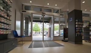 Automatiktür:  Geschäftsräume & Stores von Meyerfeldt Architektur & Innenarchitektur im Raum Hamburg