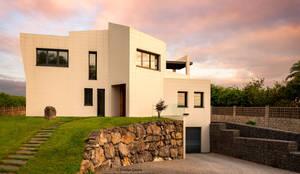 Vista general de la vivienda.: Casas unifamilares de estilo  de arQmonia estudio, Arquitectos de interior, Asturias