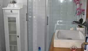 Reforma de un baño pequeño en Madrid: Baños de estilo  de Almudena Madrid Interiorismo, diseño y decoración de interiores