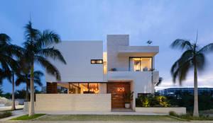 fachada principal: Casas unifamiliares de estilo  por Daniel Cota Arquitectura | Despacho de arquitectos | Cancún, Moderno Concreto