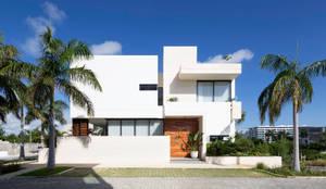 fachada: Casas unifamiliares de estilo  por Daniel Cota Arquitectura | Despacho de arquitectos | Cancún