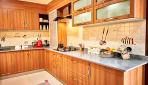 Wooden Classic kitchen:  Built-in kitchens by HomeLane.com,