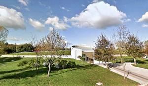 Fachada principal: Estadios de estilo  por Brassea Mancilla Arquitectos, Santiago