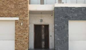 Inserimento Porta di Lusso in Oman: Porte d'ingresso in stile  di Ercole Srl, Moderno