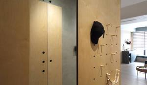 Apartment P:  走廊 & 玄關 by 六相設計 Phase6,