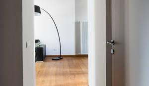RG House: Ingresso & Corridoio in stile  di GruppoTre Architetti, Moderno