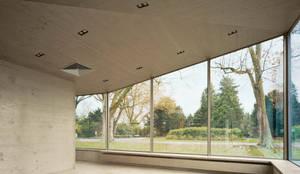 Ausblicke in den umgebenden Park:  Gastronomie von AMUNT Architekten in Stuttgart und Aachen,Modern