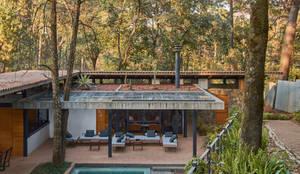 Casa m: Casas de campo de estilo  por Saavedra Arquitectos, Moderno Concreto