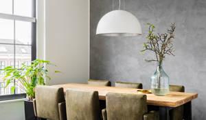 Moderne woonkamer met houten tafel, leren stoelen en stoere betonlook met Marrakech Walls:  Woonkamer door Pure & Original, Modern