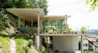 Nhà đẹp: Ngôi nhà 3 tầng nằm trên sườn đồi cây cối bao quanh