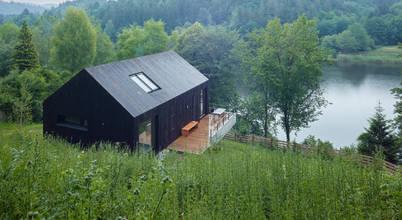 Nhà gỗ trên đồi nhìn ra hồ: Thiết kế hiện đại và thơ mộng