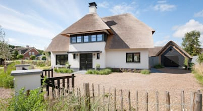 A spacious & snug thatched-roof cottage