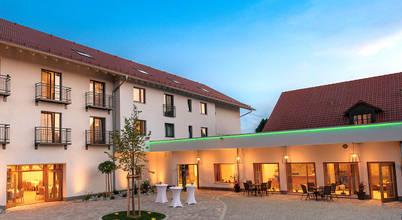 Stimmungsvolle Außenbeleuchtung des Gasthauses Forster am See in Eching