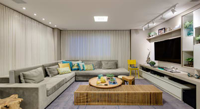 Integração aconchegante de sala com varanda gourmet em Goiânia