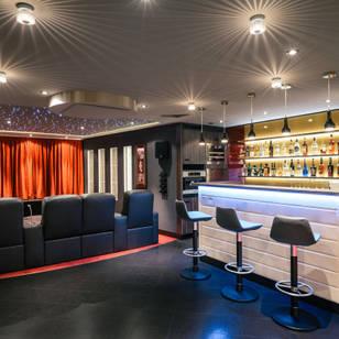 Classic media room by raumdeuter gbr