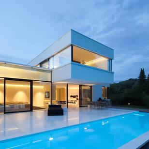 Foto di piscina in stile moderno di hi macs
