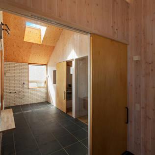 modern Bathroom by タクタク/クニヤス建築設計
