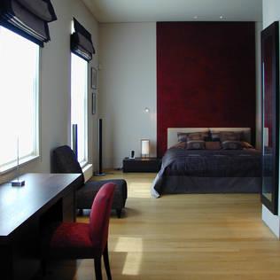 寝室 赤いポリッシュプラスターのZenスタイル: 澤山乃莉子 DESIGN & ASSOCIATES LTD.が手掛けた寝室です。