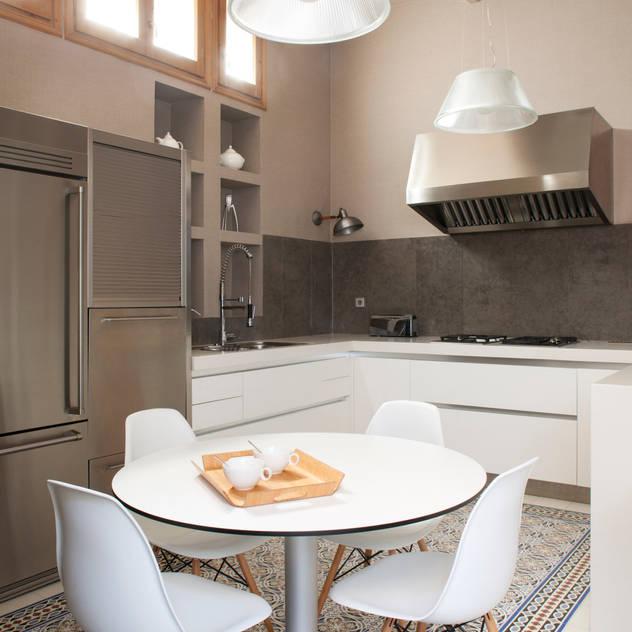 Nhà bếp phong cách tối giản bởi The Room Studio Tối giản