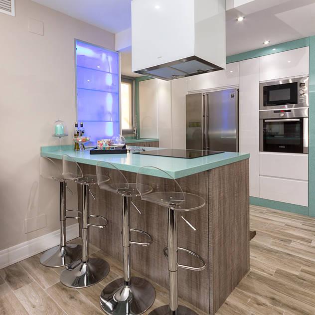 Kitchen island: Cocinas de estilo moderno de Espacios y Luz Fotografía