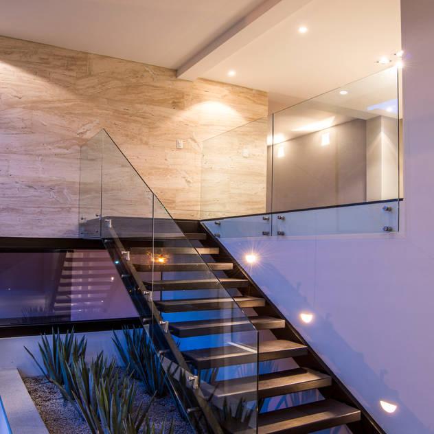 Pasillos, vestíbulos y escaleras de estilo  por Sobrado + Ugalde Arquitectos