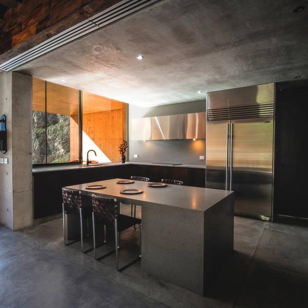 modern Kitchen by P+0 Arquitectura