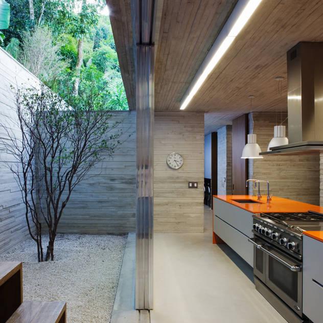 Paraty House: Cozinhas  por Studio MK27