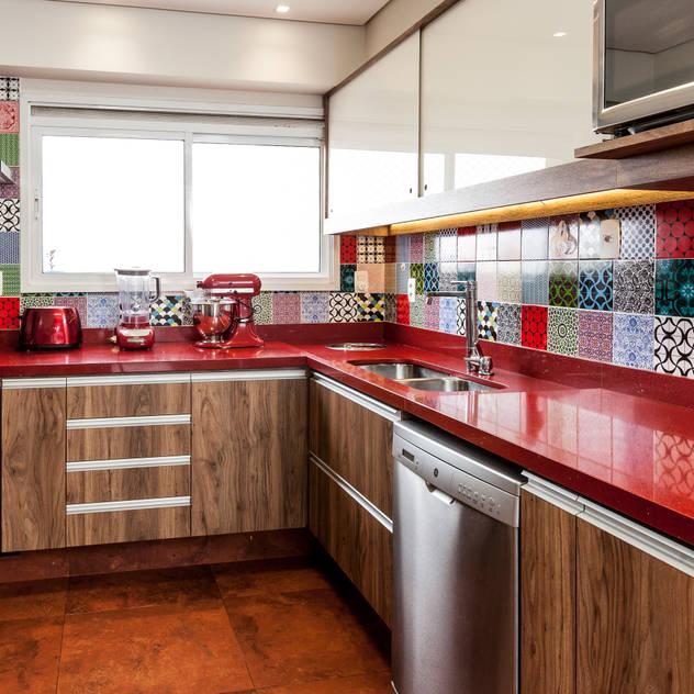 Nhà bếp phong cách mộc mạc bởi Tikkanen arquitetura Mộc mạc