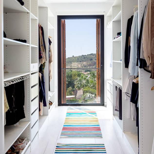 Vestidores y placares de estilo mediterraneo por 08023 Architects