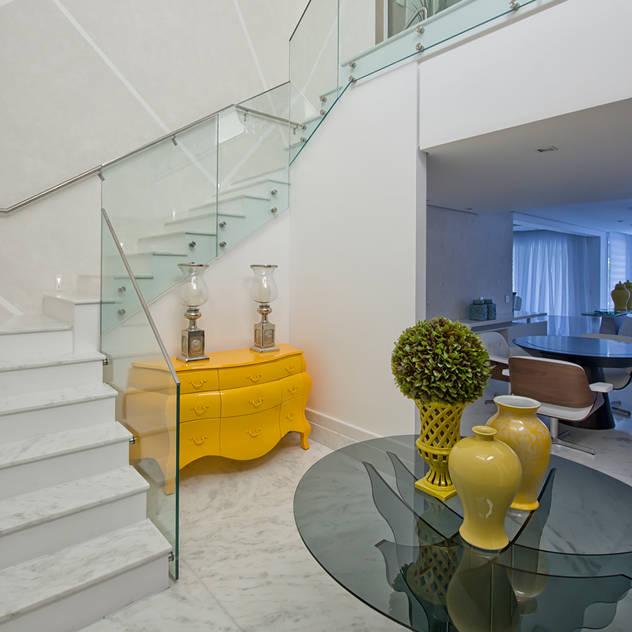 Deixe sua casa com toque moderno - escada com vidro, cores vibrantes