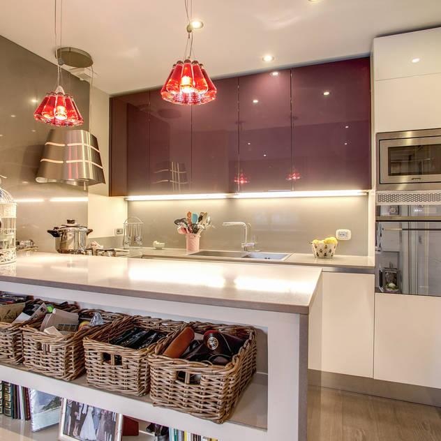 Cocinas de estilo moderno de MOB ARCHITECTS