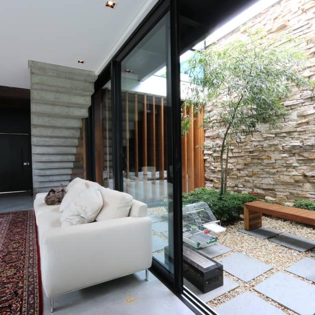 Jardines de invierno de estilo minimalista por Studio Zaav