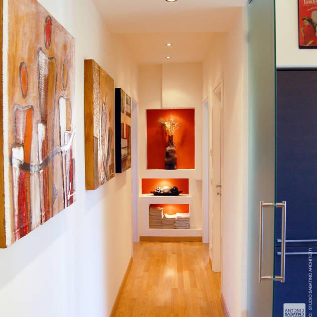 Hành lang, sảnh & cầu thang phong cách hiện đại bởi Studio Sabatino Architetto Hiện đại
