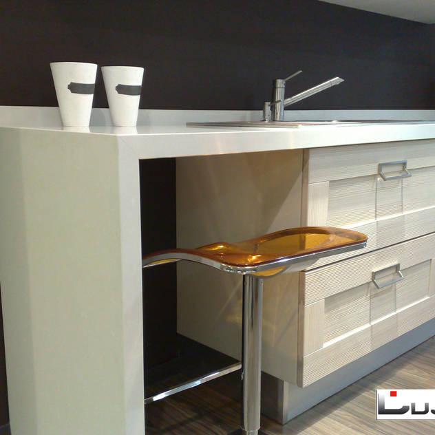 Barra de desayuno: Cocinas de estilo moderno de Lujan Marmoles
