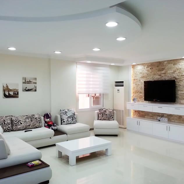 Phòng khách phong cách tối giản bởi Emre Urasoğlu İç Mimarlık Tasarım Ltd.Şti. Tối giản