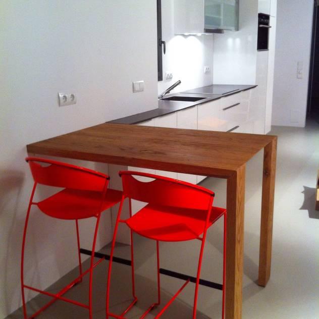 Proyectos y Mobiliario : Cocinas de estilo moderno de DEKMAK interiores