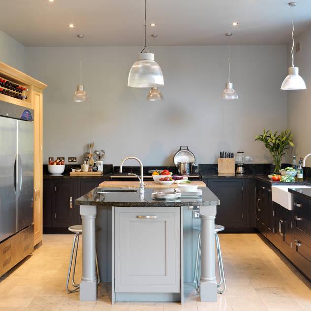 Painted Shaker kitchen by Harvey Jones Nhà bếp phong cách kinh điển bởi Harvey Jones Kitchens Kinh điển